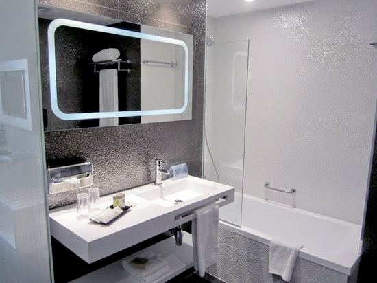 Accesorios De Baño Noken:sostenible para un diseño de interior en el que los juegos de luz y